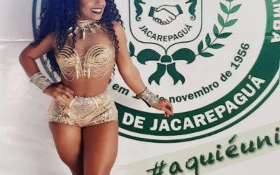 RAINHA DE BATERIA, CAROLINE LIMA EXIBE BOA FORMA EM EVENTO DA UNIÃO DE JACAREPAGUÁ